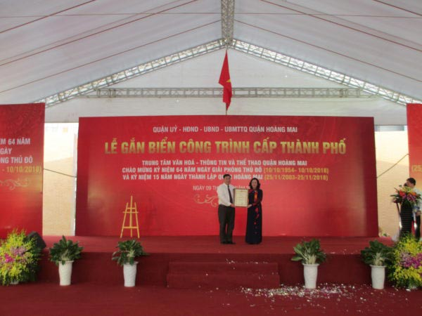 Gắn biển công trình THVH-TT và TT quận Hoàng Mai