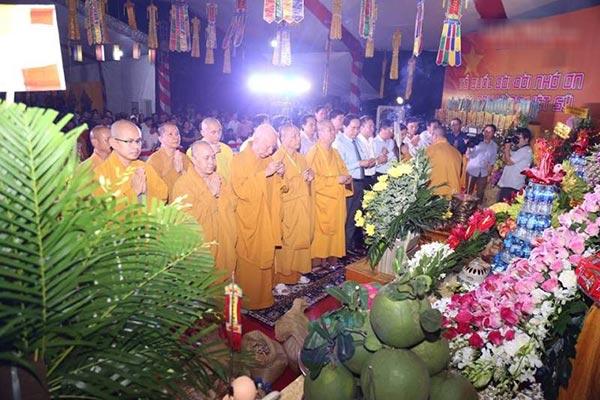 Lễ cầu siêu tại nghĩa trang Việt Lào